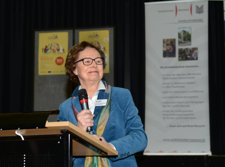 """Maria Haldenwanger, die 1. Vorsitzende der """"Freunde der Stadtbibliothek Hannover"""", bei der Verleihung des Preises des Hannoverschen Lesezeichens 2017"""