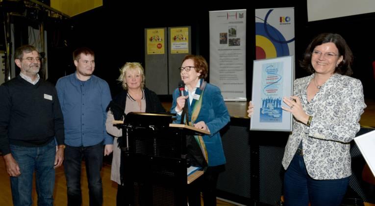 Die Preisverleihung: Peter Heinlein (Leiter der Statteilbibliothek Roderbruch), Christian Wolf, Sabine Malott, Maria Haldenwanger und Brigitte Naber. (v. l. n. r.)