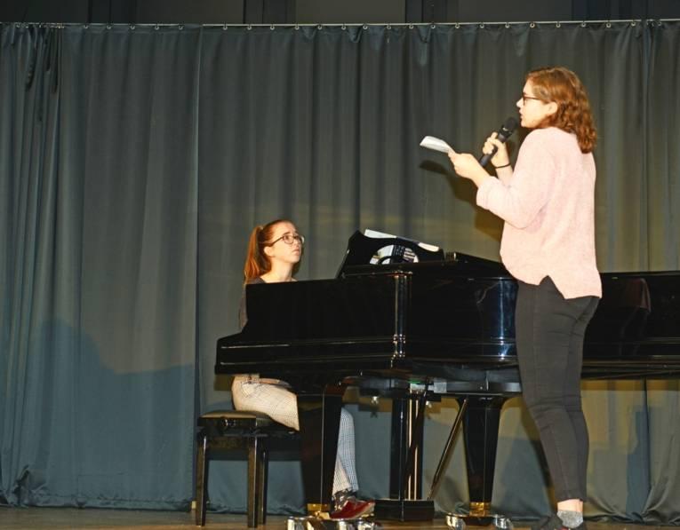 Julia Kühl (Klavier) und Emily Rohrbach (Gesang) begleiten die Feierlichkkeit musikalisch