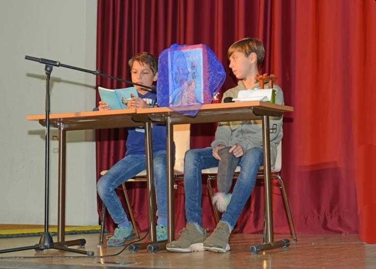 """Linus liest aus """"Dirk und ich"""" (A. Steinhöfel), sein Freund Joona gestaltet die Buchpräsentation mit."""