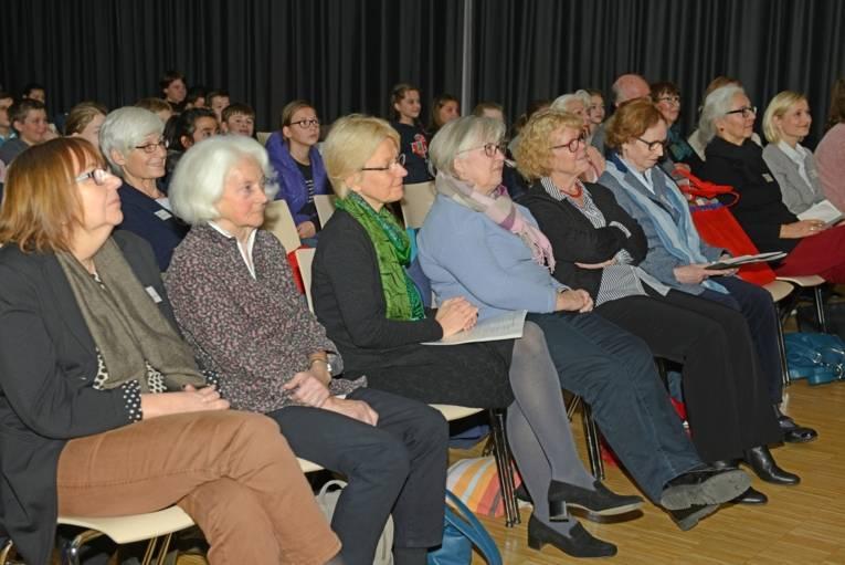 Das Publikum lauscht gespannt den Lesevorträgen