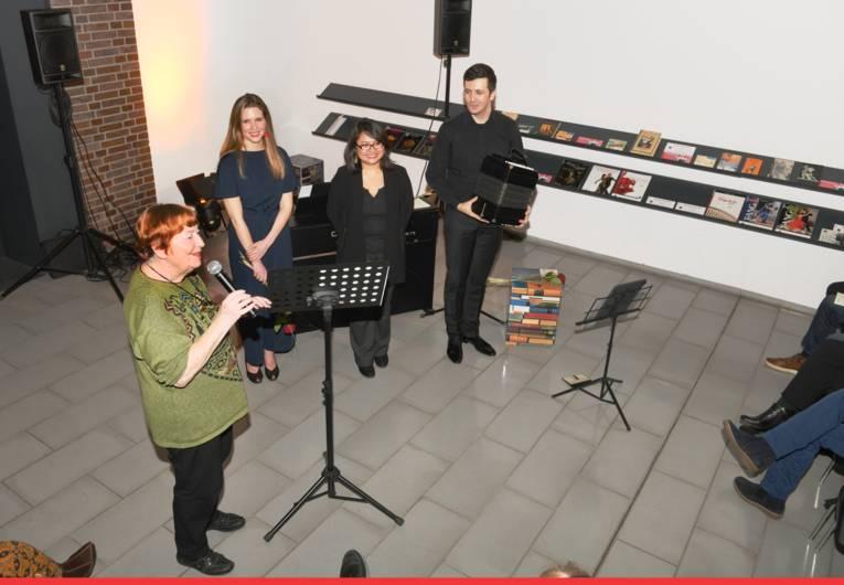 """Swantje Hanck, Koordinierungsbeauftrage der """"Freunde"""" bedankt sich bei den Künstlern für den gelungenen Abend"""
