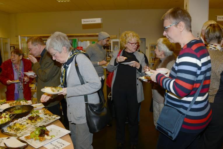 Das Buffet mit reichlich vegetarischen Speisen fand regen Zuspruch