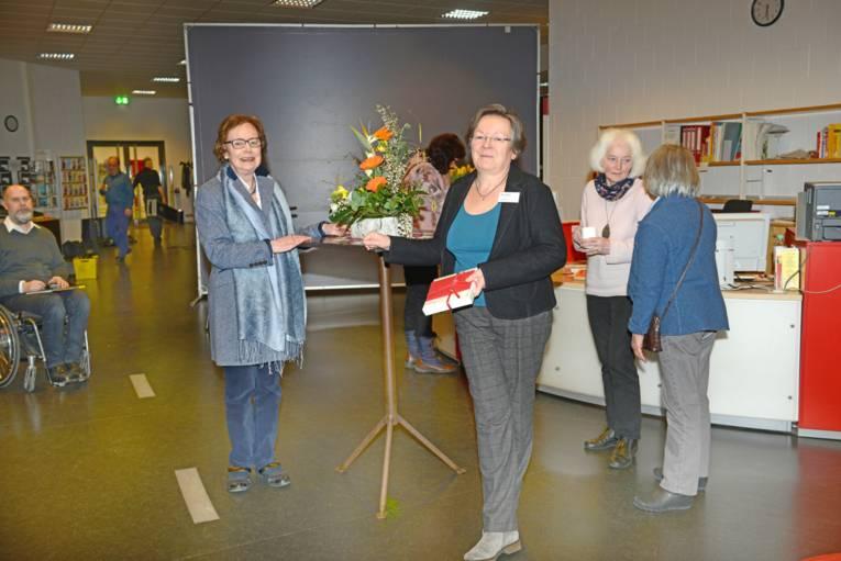 """Die 1. Vorsitzende der """"Freunde der Stadtbibliothek Hannover e.V."""" bedankt sich bei der Leiterin der Oststadtbibliothek, Frau Elke Sonnet für die freundliche Unterstützung des Neujahrstreffs"""