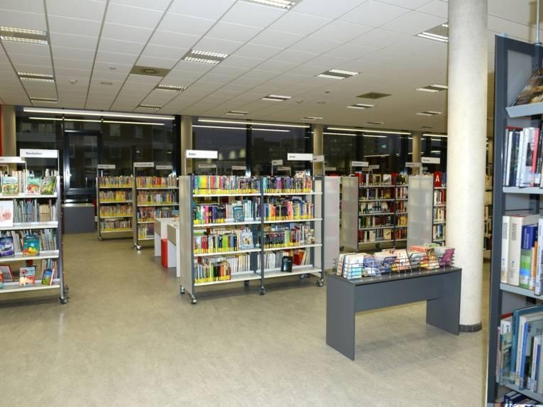 Die  neuen hellen und modern gestalteten Räumlichkeiten der Bibliothek