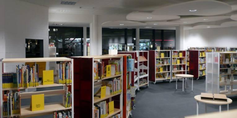 Ostadtbibliothek Panoramaaufnahme Innenansicht, Regale mit Medien in der beleuchteten Bibliothek des Pavillon Hannover