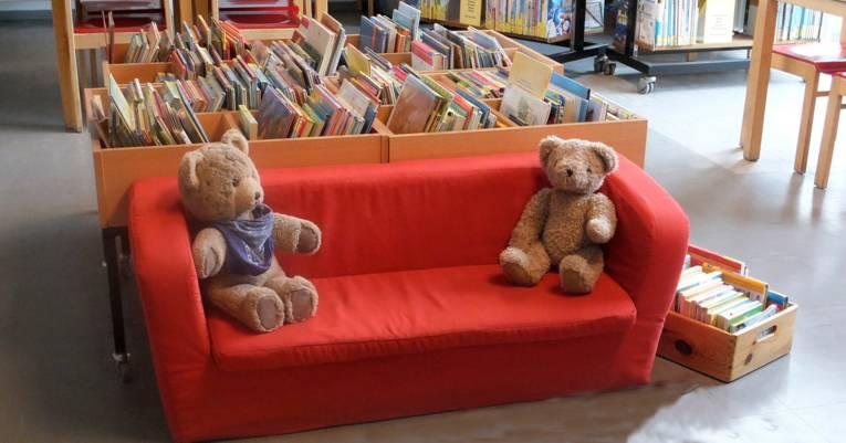rotes Sofa mit Teddys