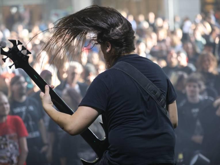 """Acht Metal-Bands rockten auf der """"30666 Metal Stage"""" am Schillerdenkmal - sieben Gruppen aus Niedersachsen, die achte Band """"Solence"""" aus der UNESCO City of Music Norrköping/Schweden."""