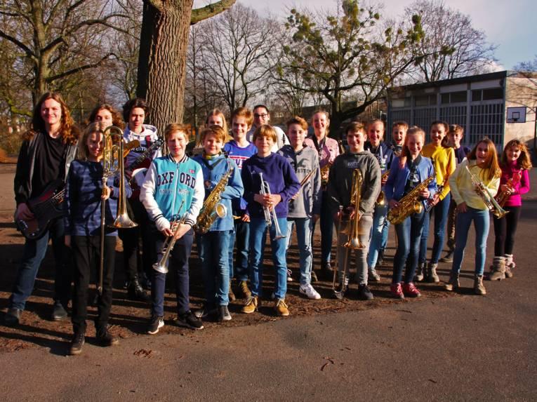 20 Kinder mit Instrumenten.