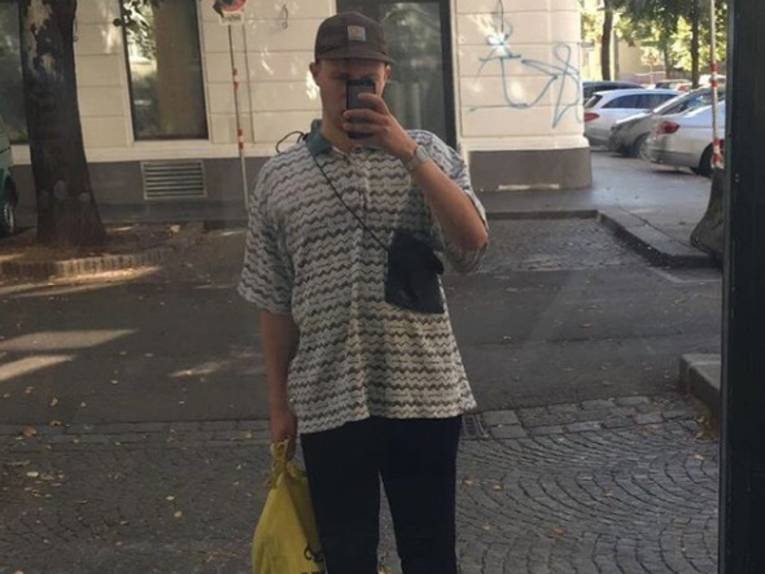 Mann, der sich in einer Scheibe fotografiert.