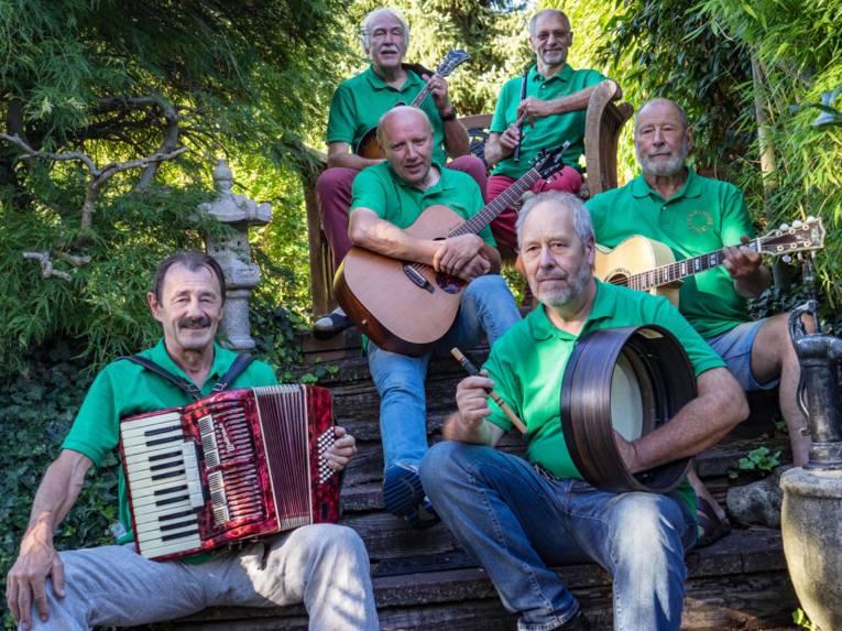 Sechs Männer mit Instrumenten.