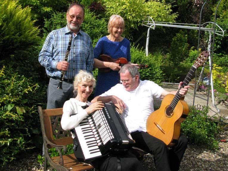 Das Quartett Monday Evergreens spielt bekannte und beliebte Melodien aus dem letzten Jahrhundert.