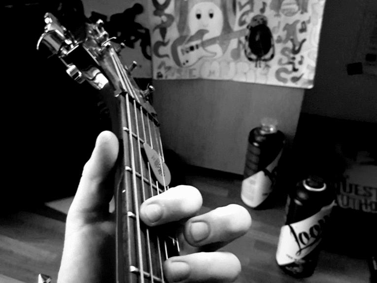 Hand an einer Gitarre.