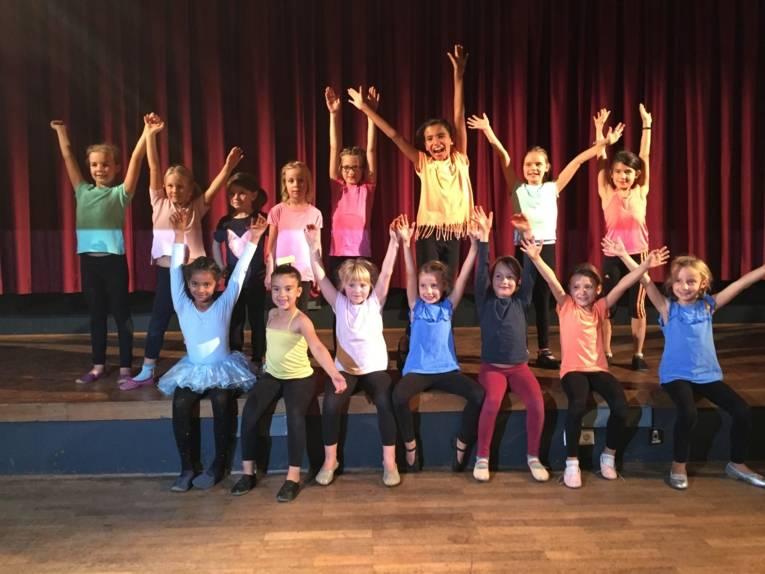 Die Kinder aus dem Cirque d'Oehren freuen sich nach ihrem gelungenen Auftritt.