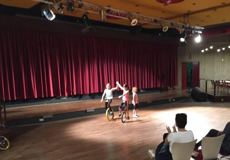 Drei Kinder fahren Einrad