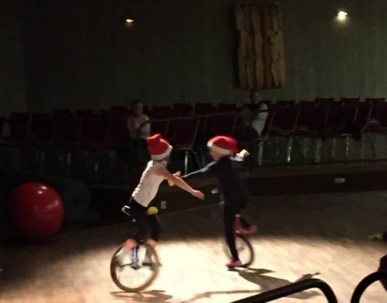 Zwei Kinder fahren auf ihren Einrädern