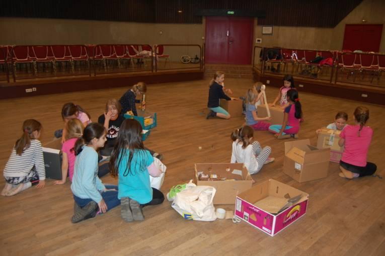 Die Kinder von Kinderzirkus Cirque d'Oehren packen Weihnachtspäckchen für eine Spendenaktion der Johanniter.