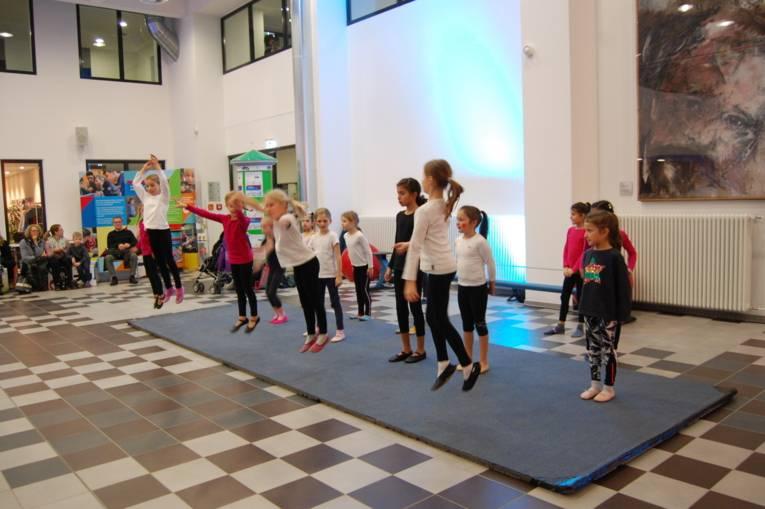 Die Mädchen vom Kinderzirkus Cirque d'Oehren tanzen das große Finale.