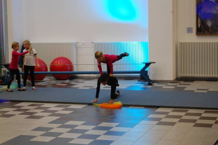 Zwei Mädchen machen eine akrobatische Figur.