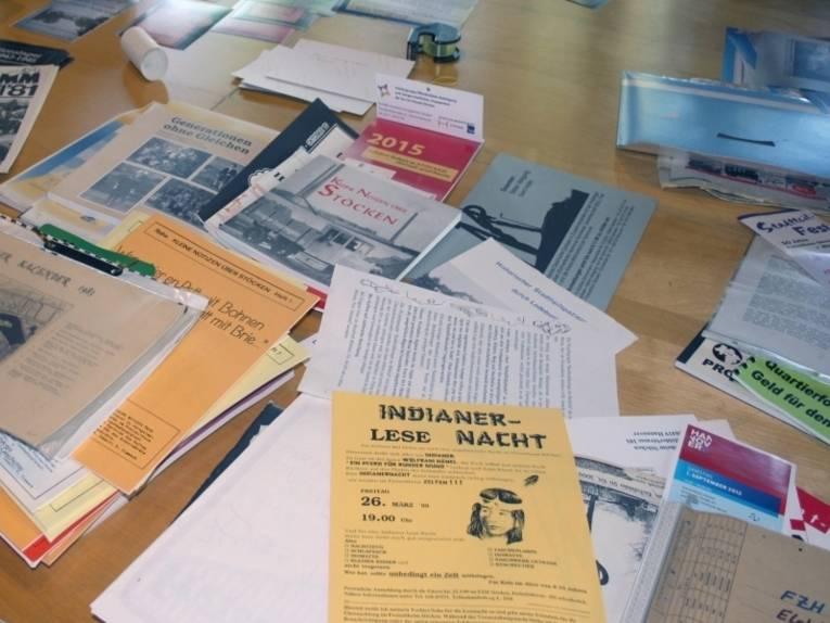Schreibtisch mit vielen Unterlagen.
