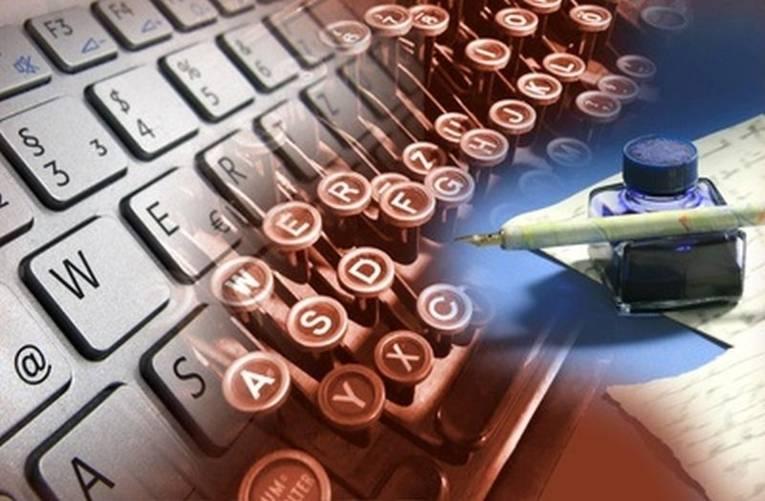 Man sieht Schreibmaschinentasten und ein Tintenfass mit Schreibfeder.