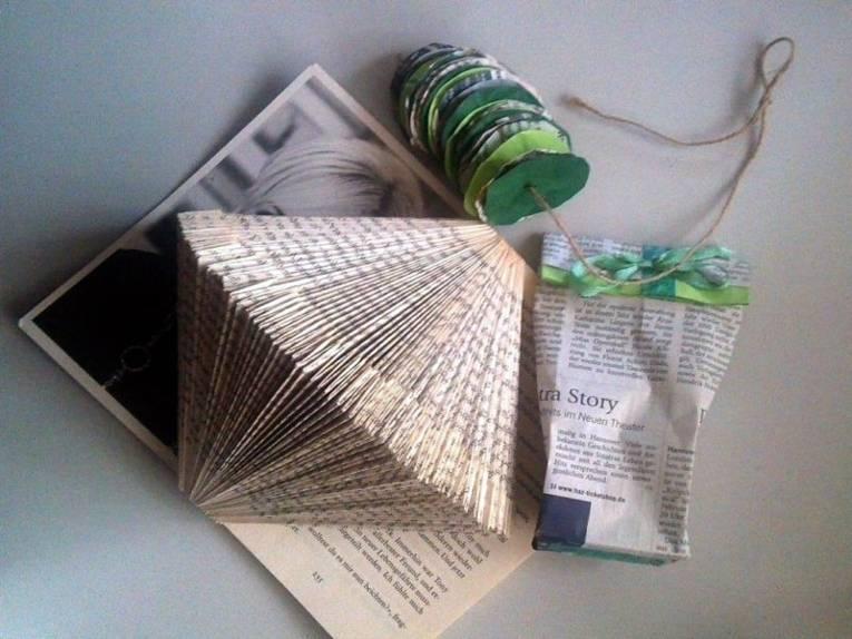 Zu sehen kleine Beutelchenaus Papier-Falttechniken, Ketten aus Papier.