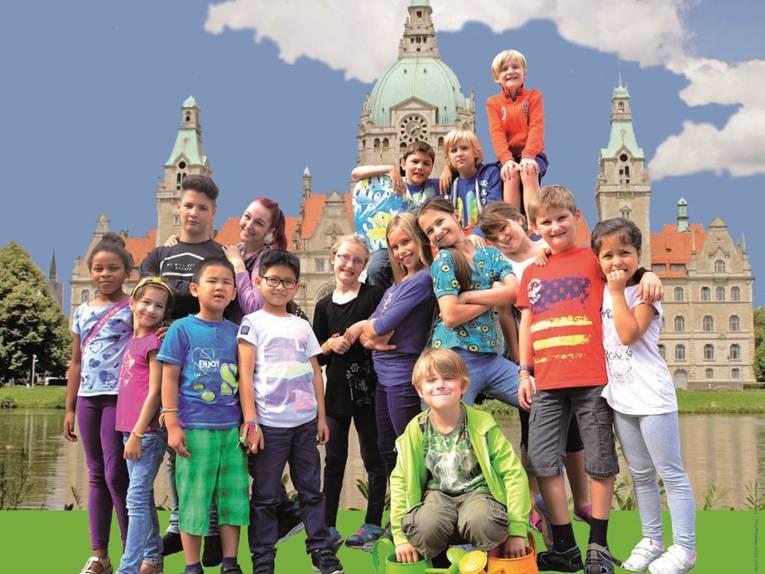 Mädchen und Jungen vor dem Hannoverschen Rathaus