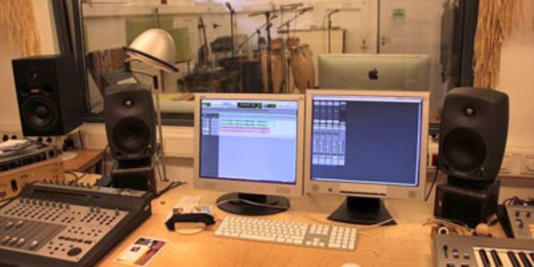 Mischpult mit zwei Monitoren