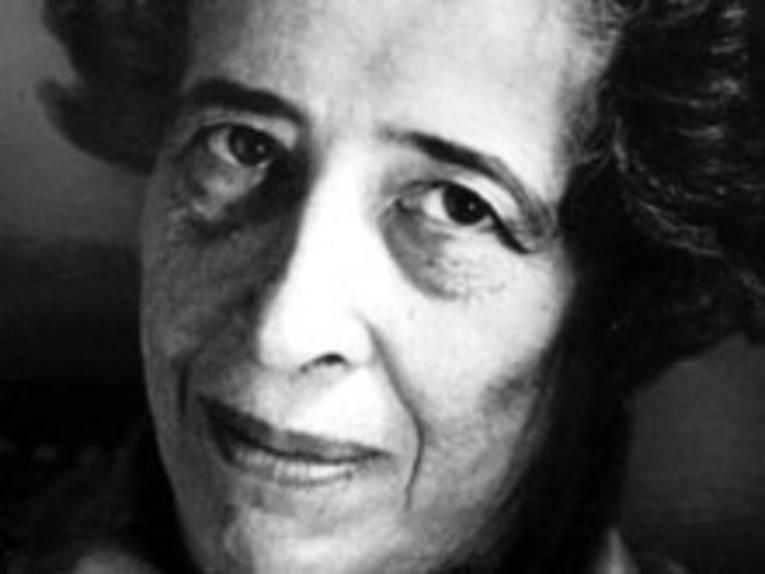 Schwarz/ Weiss- Bild von Hannah Arendt
