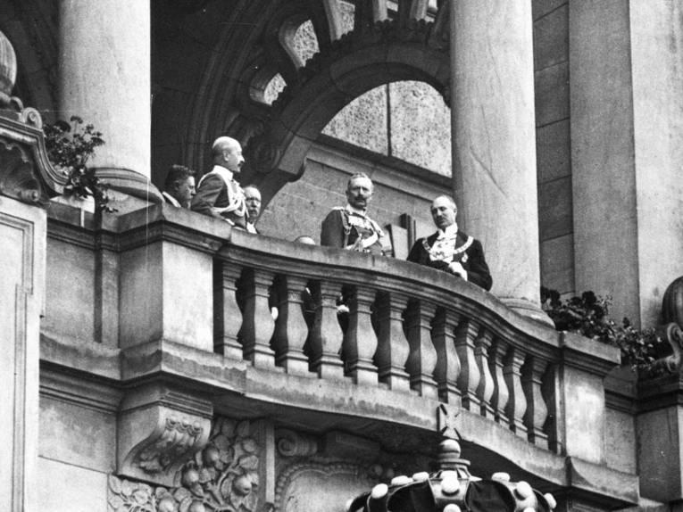Stadtdirektor Heinrich Tramm und Kaiser Wilhelm II. auf dem Rathausbalkon