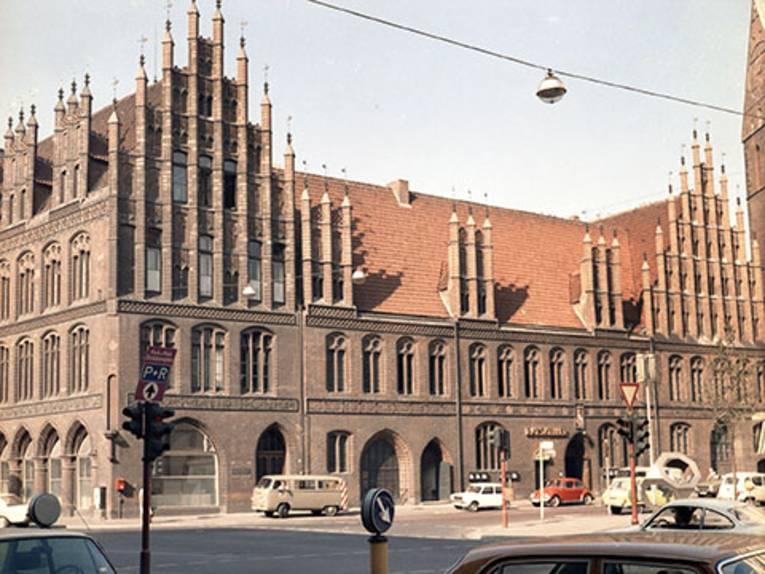 Altes Rathaus von der  Schmiedestraße aus gesehen.  Foto von Hans Pusen, o. J.