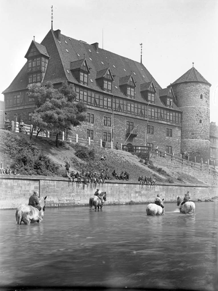 Pferdeschwemme, im Hintergrund mit Zeughaus und Beginenturm, Foto von Friedrich Nölke, um 1910-1920