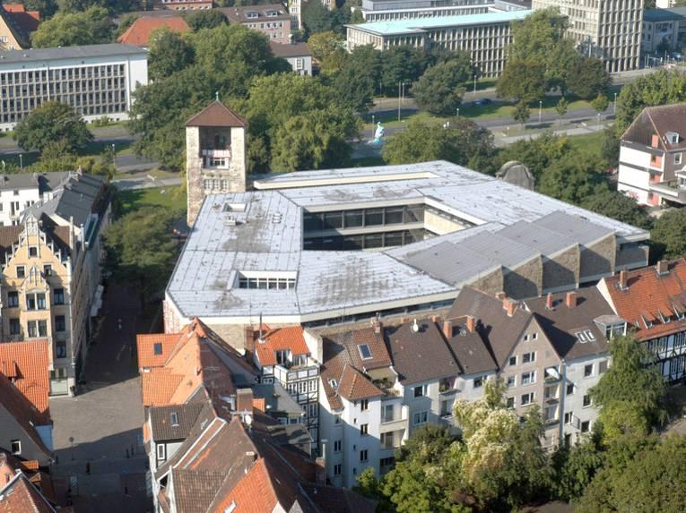 Der Beginenturm und das Historische Museum Hannover vom Dach der Marktkirche aus gesehen.