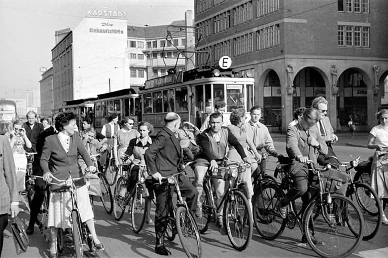 Fahrradfahrer*innen auf der Georgstraße, Foto Wilhelm Hauschild,  Mai 1953