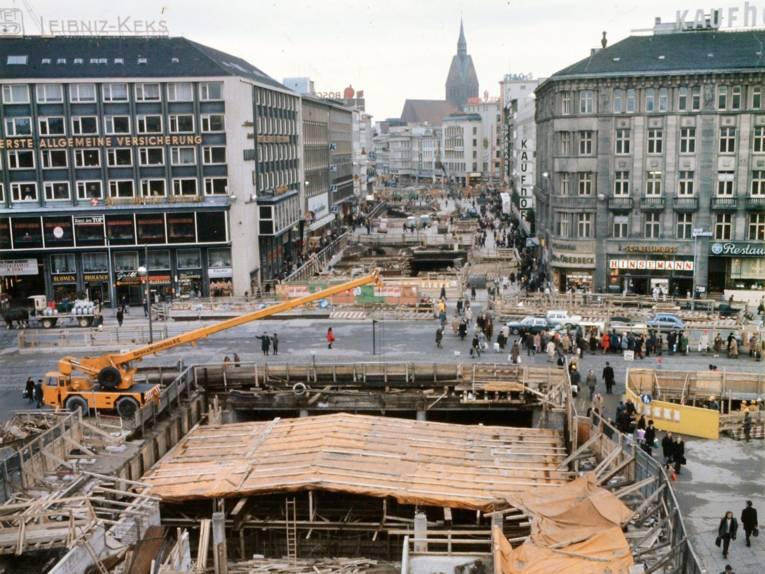 U-Bahnbaustelle, im Hintergrund der Turm der Marktkirche