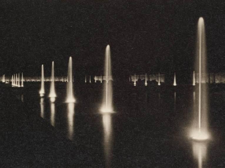 Kleine Springstrahlen in den Wasserbecken des Parterres, Nachtaufnahme, s/w Fotografie, 1937