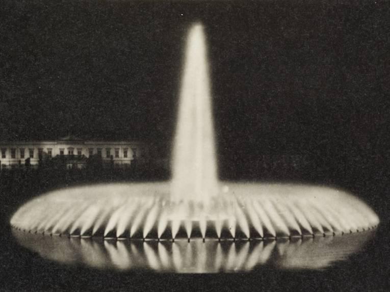 Glockenfontäne bei Nacht, schwarz-weiß Fotografie von 1937