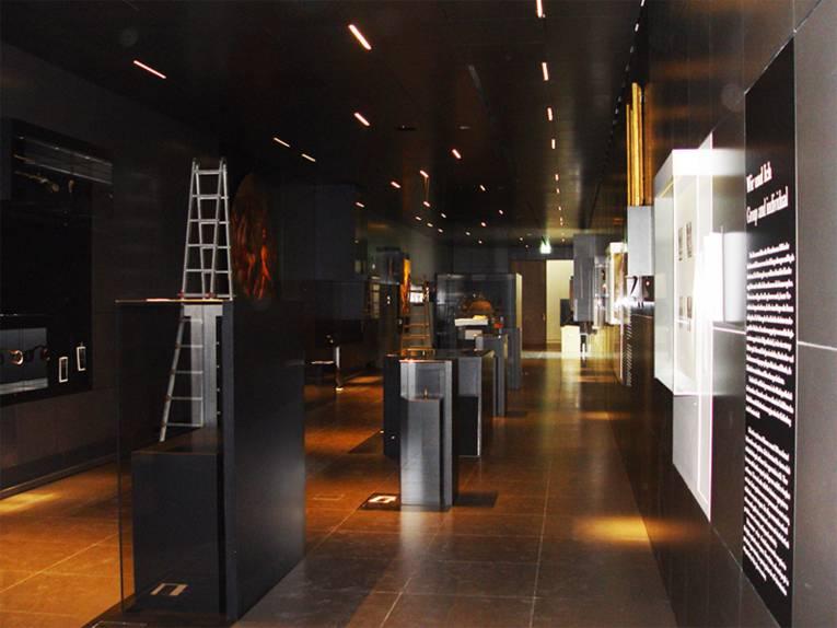 Blick durch den Verbindungsgang des neuen Museums