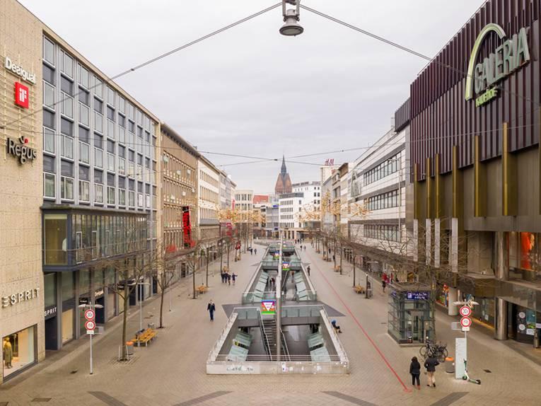 Drohnenfotografie durch die Bahnhofstraße mit Blick auf den Turm der Marktkirche