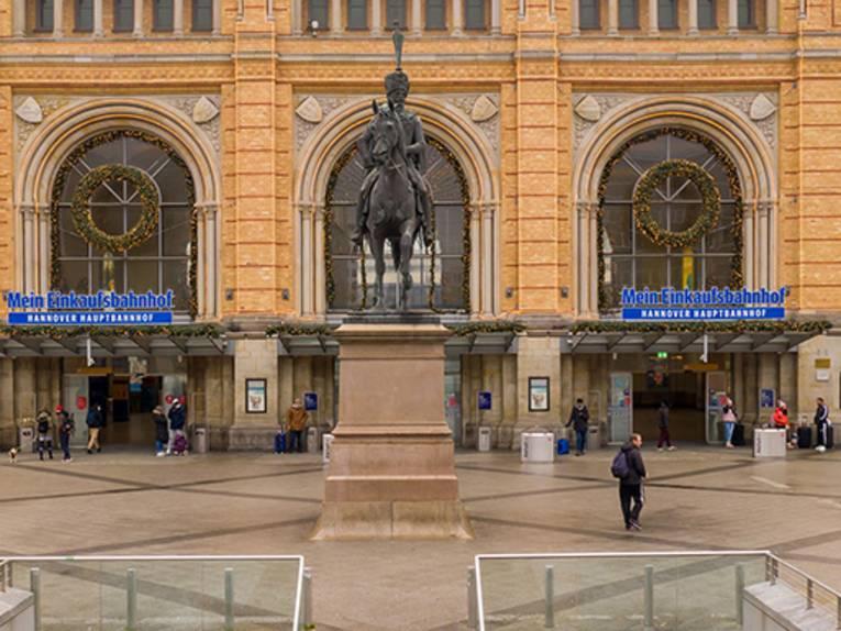 Ernst-August-Denkmal frontal fotografiert, im Hintergrund der Eingang des HBF Hannover