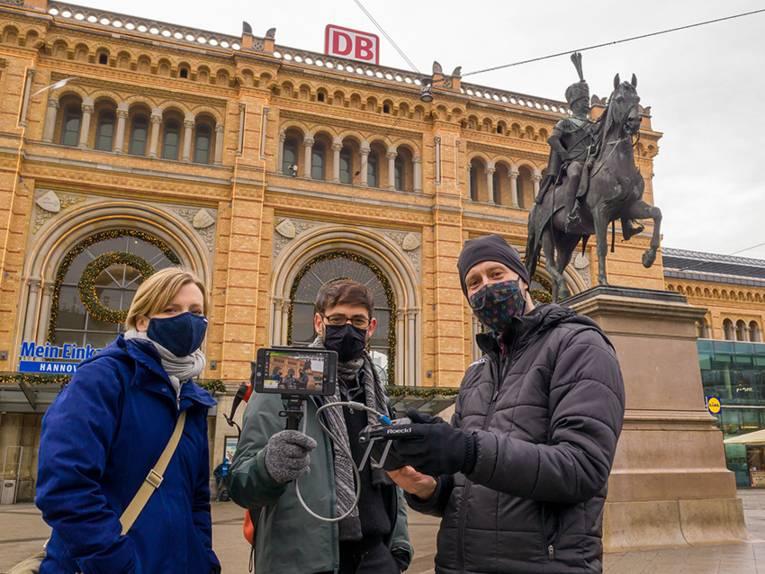 Das Museumsteam vor dem Ernst-August-Denkmal