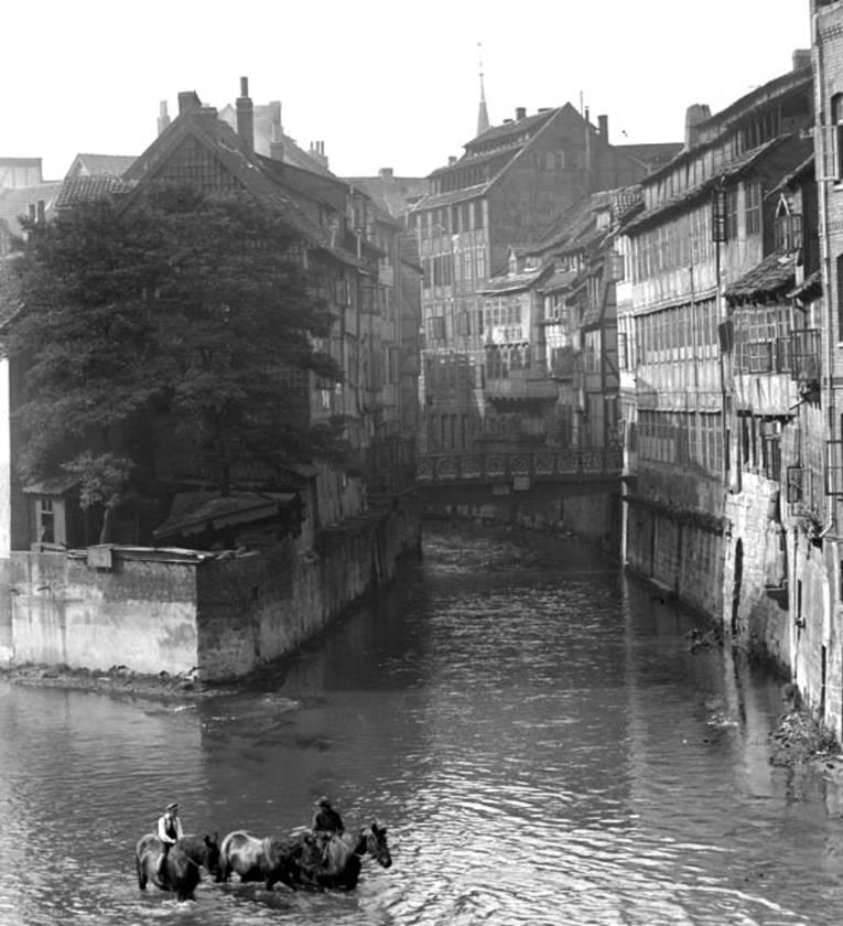 Spitze der Insel in der Leine. Rückfronten der Häuser Neue Straße, Foto von Wilhelm Ackermann, 1920