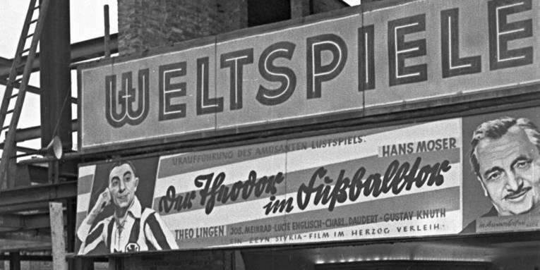 """Presseempfang anlässlich der Uraufführung von """"Der Theodor im Fußballtor"""" im Kino Weltspiele, 1950, Foto von Wilhelm Hauschild"""