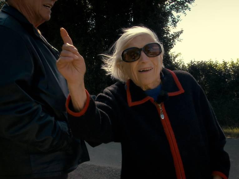 Zu sehen ist eine glückliche alte Frau, Protagonistin Marthe Cohn, mit Sonnenbrille.