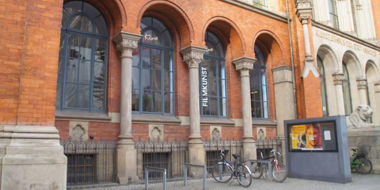 Ein historisches Gebäude mit Fahrradständern davor.