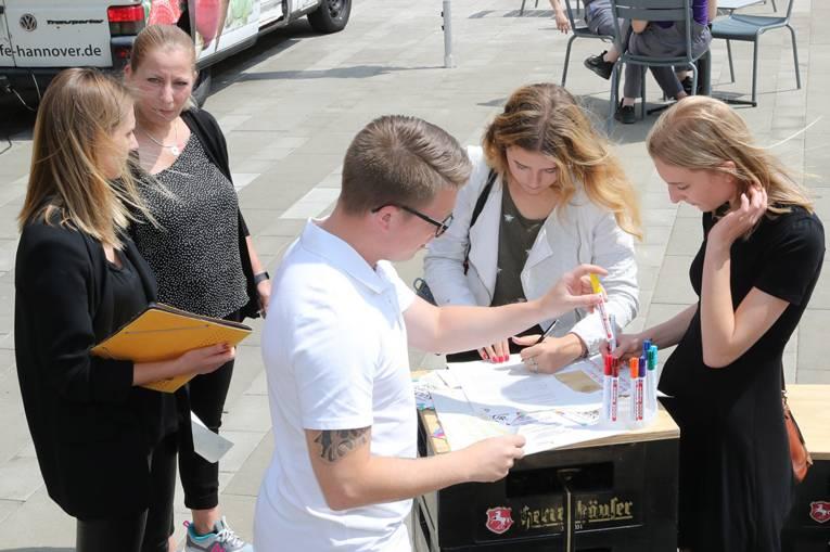 Auf Zetteln konnten die VWN-Beschäftigten ihre Erwartungen und Wünsche an die Kulturhauptstadt Hannover festhalten.