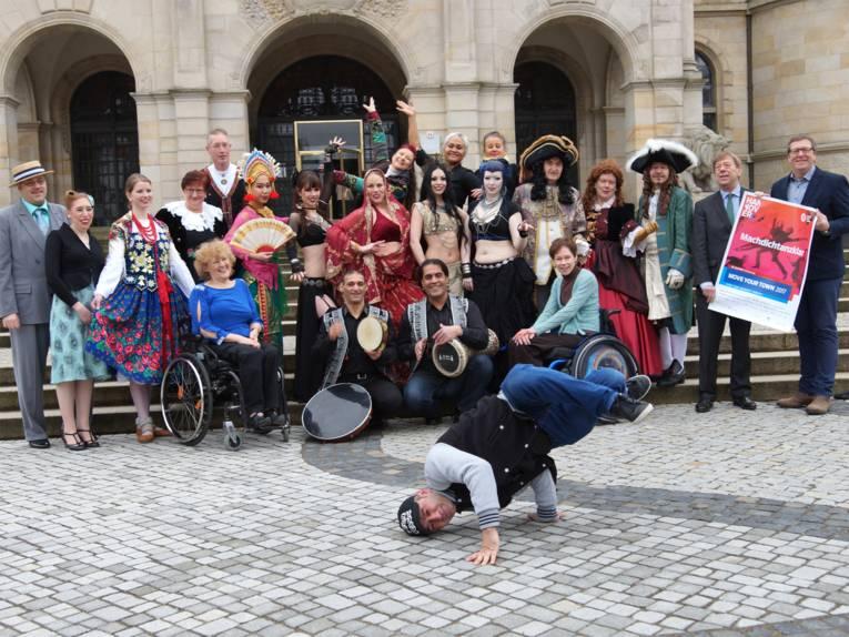Harald Härke (Kulturdezernent der Landeshauptstadt Hannover), Sönke Burmeister (Niedersächsische Lotto-Sport-Stiftung) sowie Tänzer und Tänzerinnen stellen das vielfältige Programm von Move your town 2017 vor.