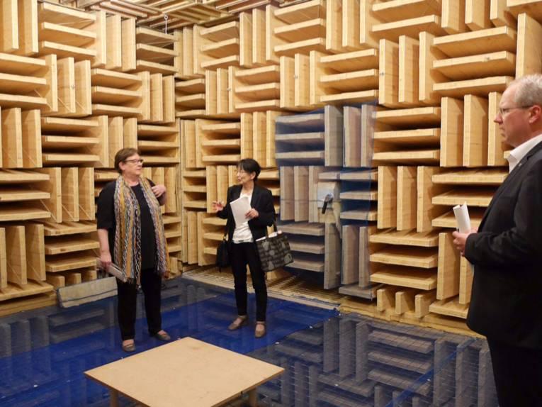 Kulturdezernentin Marlis Drevermann und eine Roland Mitarbeiterinin einem (schall-)reflexionsarmer Raum. Hier werden u.a. Instrumente aufgenommen für die elektronische Wiedergabe durch Synthesizer.