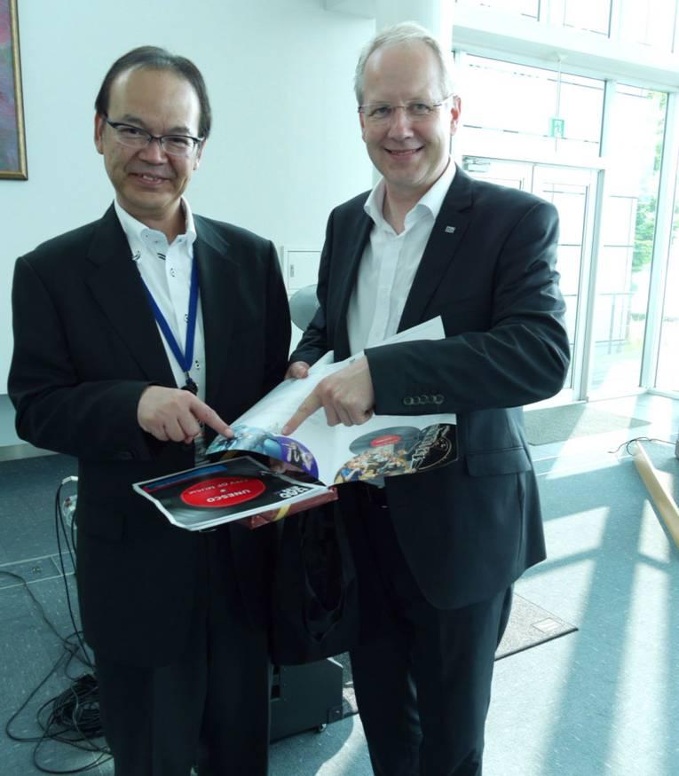 Yasushi Aihara (Generaldirektor Management und Planung/Roland) und Oberbürgermeister Stefan Schostok