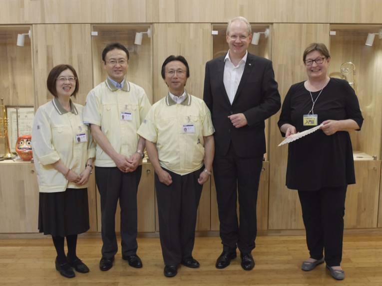 Besuch bei Yamaha Music Corporation in Hamamatsu. Zwei Yamaha MitarbeiterInnen, President Takuya Nakata, Oberbürgermeister Stefan Schostok und Kulturdezernentin Marlis Drevermann (v.l.n.r.)